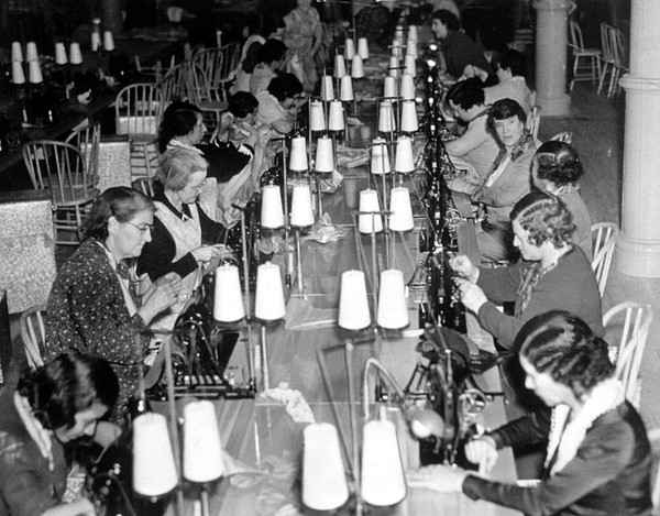 the great depression have seen evolution in womens role 1st hour cassandra harris & monica evans 12-14-09 the 1930s, during the time of the great depression, was a difficult and somber time in the world, and the fashion of the time is reflective of the climate.
